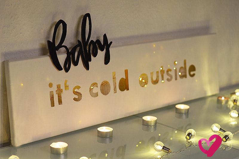 """DIY 3D Lettering auf Leinwand. Diese schöne Dekoidee zum Selbermachen findest du mit Anleitung auf meinem Blog. Bastel dir aus Leinwand eine wunderschöne Winterdeko! Aus dem Spruch """"Baby it's cold outside"""" kannst du mit diesem Basteltutorial auch ein schönes Geschenk zu Weihnachten selber machen oder als Geschenkidee zu einem Geburtstag. Sehr chic! #winterdeko #selbermachen #babyitscoldoutside #leinwand #3dlettering"""