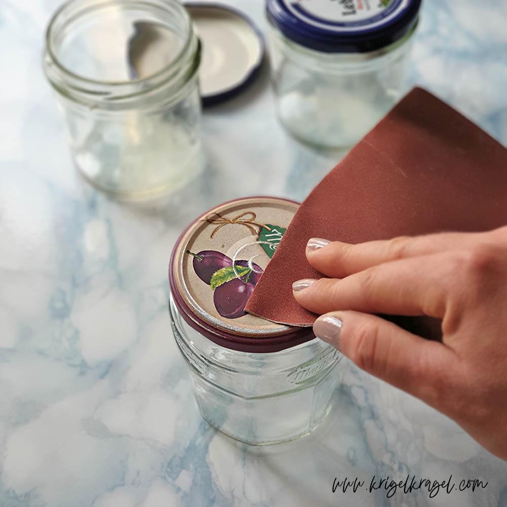 Upcycling mit Alkoholtinte: Die Deckel von Einmachgläsern kannst du mit Alcohol inks und Resin wunderschön selber gestalten. Ich zeige dir wie aus langweiligen Deckeln schön Schmuckstücke für deine Küchendeko entstehen. Auch eine schöne Geschenkidee mit Alkoholtinte und Epoxidharz zum selbermachen. #alkoholtinte #küchendeko #diyidee