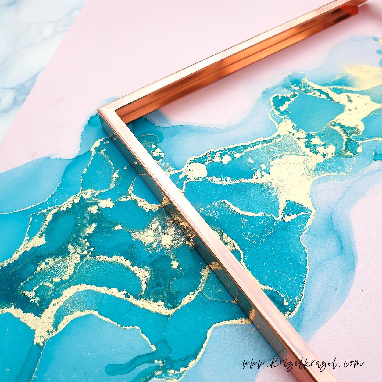 Deckende Alkoholtinte kann nicht nur auf dunklen Untergründen malen, sondern auch Pastelltöne kreieren. Pastellfarbige Alkoholtinte ist einmalig schön. Hier habe ich dir alle Farben von Octopus Fluids geswatcht! Für deine Hochzeitsdeko, Einladungskarten und Geschenke eine tolle Idee zum selber machen und malen! #alkoholtinte #alcoholink #malenlernen #malidee