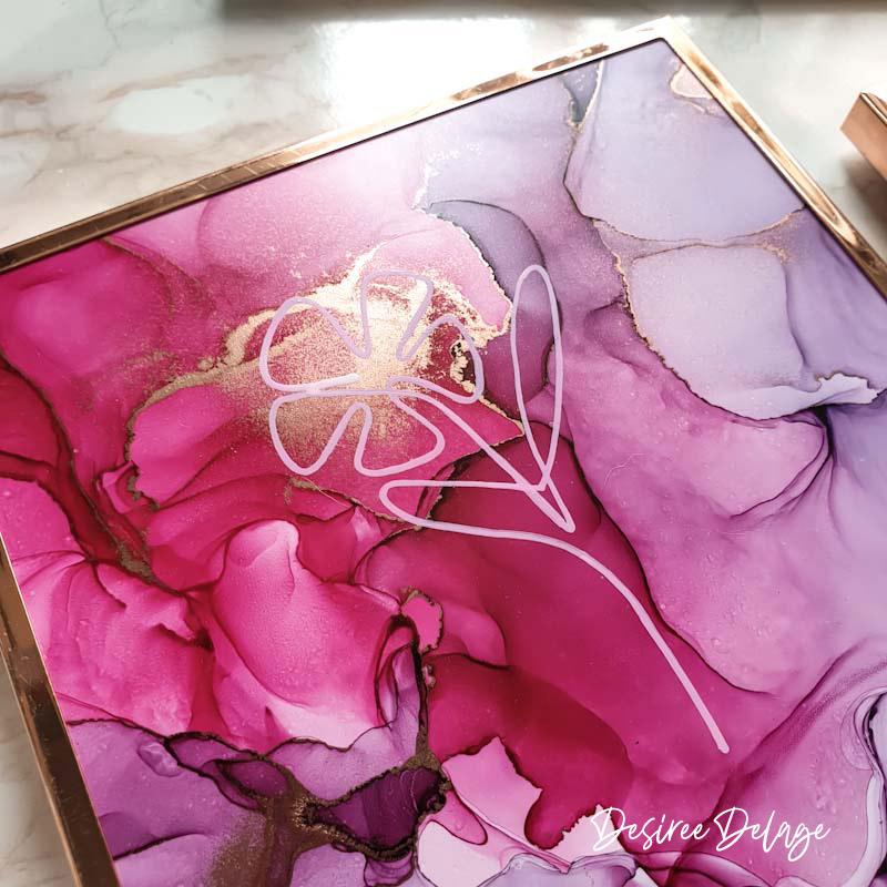 One Line Drawing kombiniert mit Alkoholtinte: Die Malerei mit Alcohol Inks sind besonders schön zusammen mit Online Line Art. Auf meinem Blog zeige ich dir wie man auf Alkoholtinte zeichnet und du bekommst die Vorlagen für 9 Motive zum selber malen und zeichnen. Mit Malanleitung und Inspiration. #alkoholtinte #alcoholink #onelinedrawing #onelineart