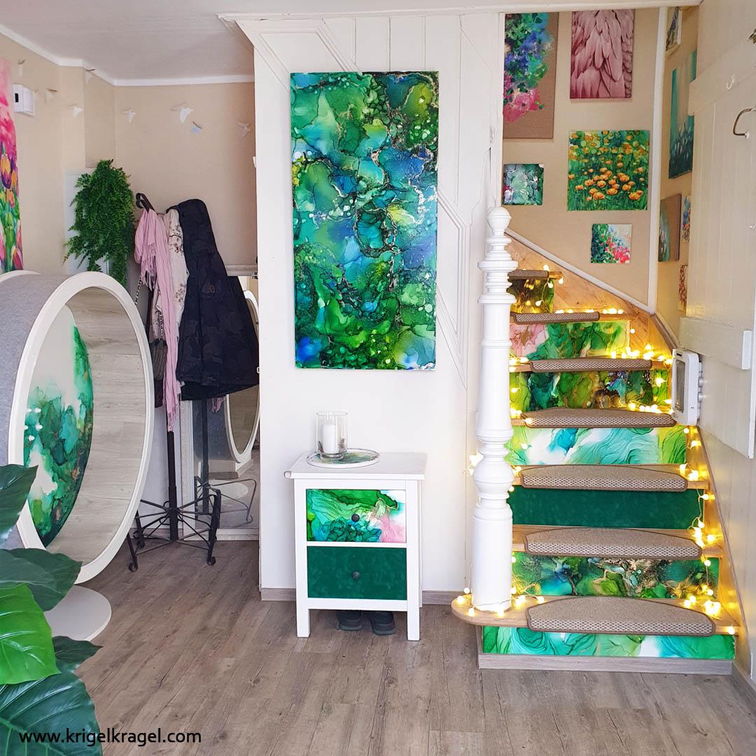 Raumgestaltung mit Alkoholtinte. Im Blogbeitrag erfährst du wie man mit Alkoholtinte eine Holztreppe gestaltet und ein ganzes Room Make Over umsetzt. Flur einrichten und gestalten mit neuer Farbe zum Selbermachen! #roommakeover #flurdekorieren #diymitfarbe #alkoholtinte